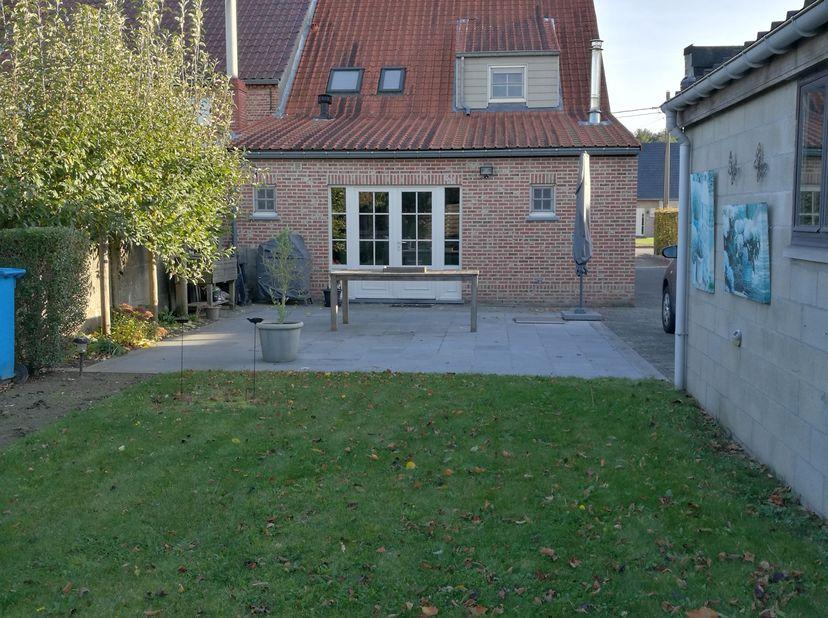 Instapklare halfopen bebouwing op een perceel van 5a73ca. De woning is volledig verbouwd in 2009.<br /> De woning bevat op het gelijkvloers een leefru