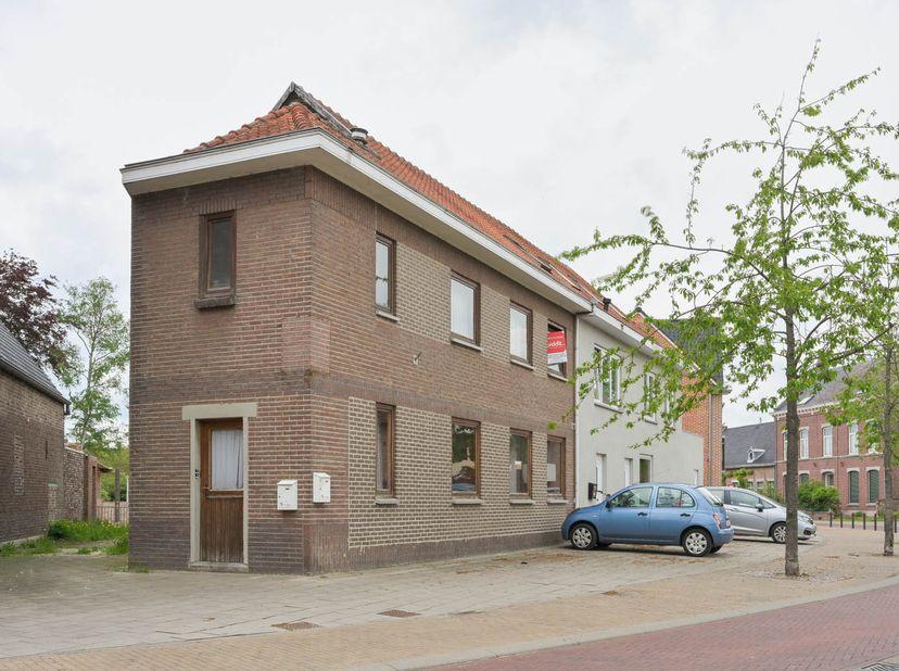 Het gebouw ligt op een perceel van 69 m² en werd in 1985 met vergunning opgesplitst in twee verschillende appartementen, zonder dat hiervoor een