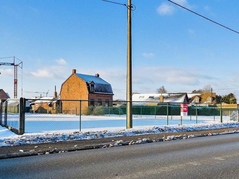 Perceel grond gelegen langs Haag te Achel deels in Woongebied en deels in Woonuitbreidingsgebied. Gelegen tussen huisnummer 64 en 68 met een oppervlak