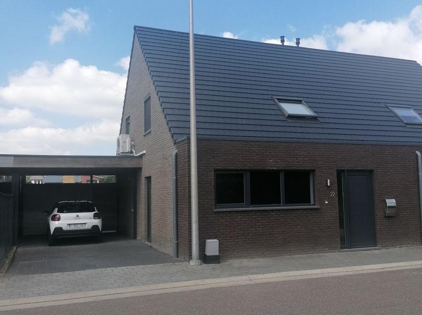 Mooie instapklare halfopen bebouwing op 3,30 are gelegen in een doodlopende straat te 3511 Kuringen. <br /> Deze woning werd gebouwd in 2009 en is hee