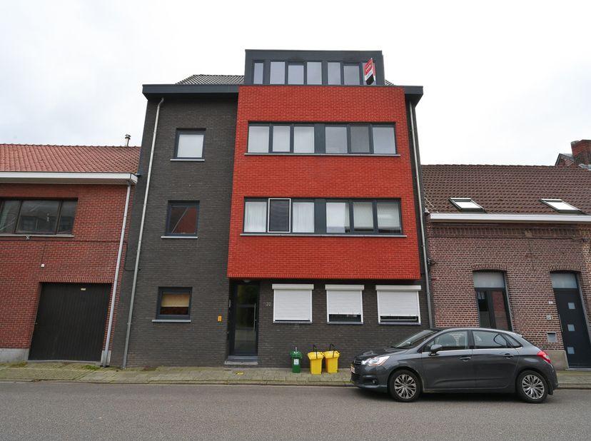 Appartement gelegen op de dakverdieping, indeling: inkom, living (eethoek, zithoek) met open keuken, 2 slaapkamers, badkamer, berging met centrale ver