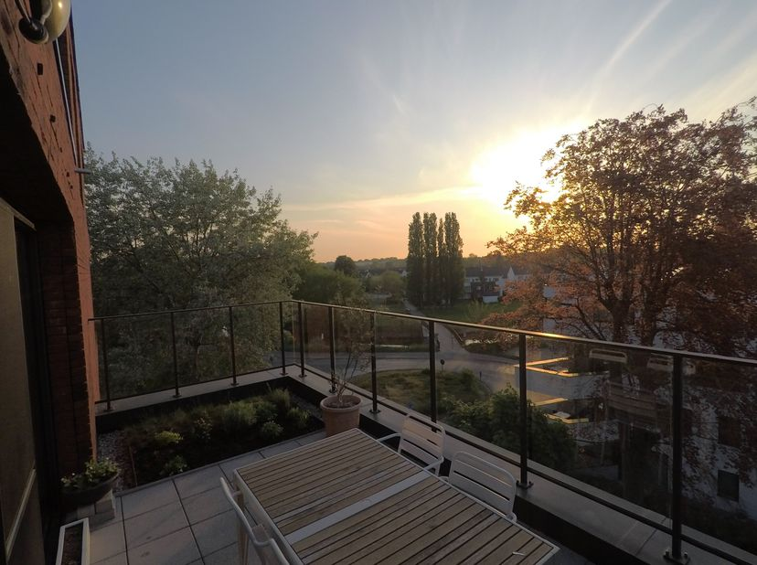 Lichtrijk appartement met groot terras op uitstekende locatie<br /> <br /> Prijs exclusief ondergrondse parkeerplaats t.w.v. 25.000 euro (verplicht aa