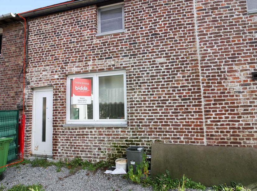 Te renoveren woning te Sluizen <br /> Deze te renoveren woning beschikt over een open leefruimte met keuken en trap naar de 1e verdieping. Een apart