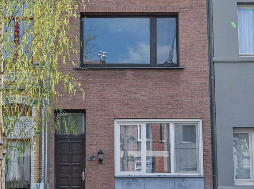 Centraal gelegen rijwoning met 2 slaapkamers, 2 badkamers en koertje.  <br /> Vergunning - Woongebied - geen bouwmisdrijf - geen voorkooprecht.  <br