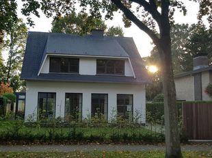 Prachtige villa met 3 slaapkamers, gelegen op een toplocatie in Brasschaat. Het perceel is volledig omheind en ZW georiënteerd. De woning onderging re