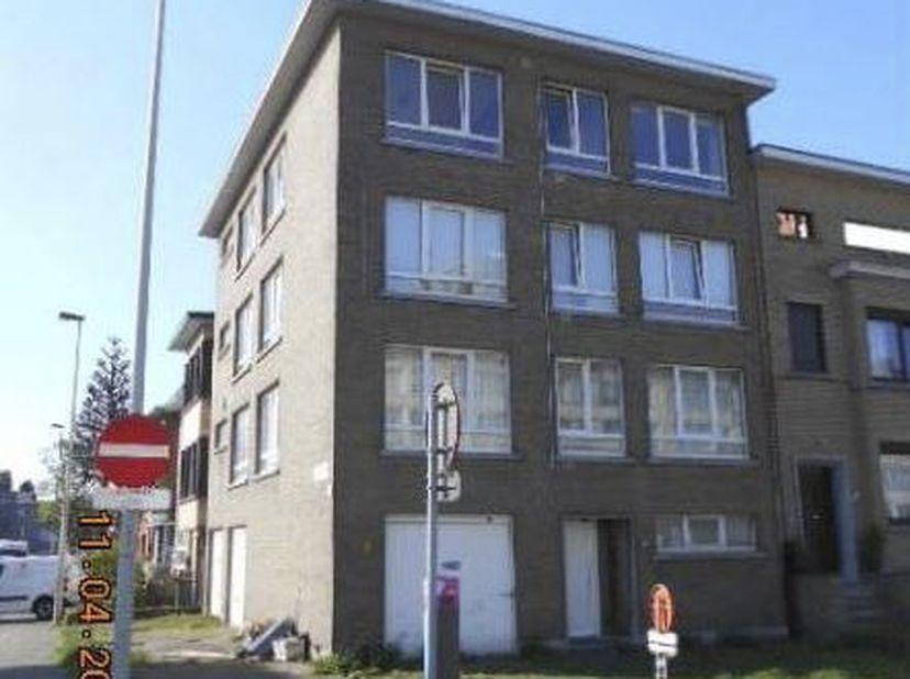 LOT 1: Te renoveren appartement gunstig gelegen, nabij invalswegen, zich bevindende op de derde verdieping vooraan (kant Ter Heydelaan), bestaande uit