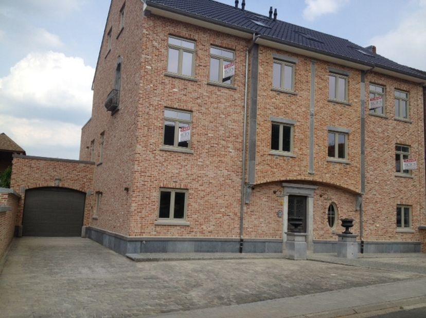 Appartement te huur in Riemst , 3 slpks , 45 m2 terras . <br /> Vanuit de inkomhal heb je toegang tot een aparte vestiaire , een ruime en praktische w