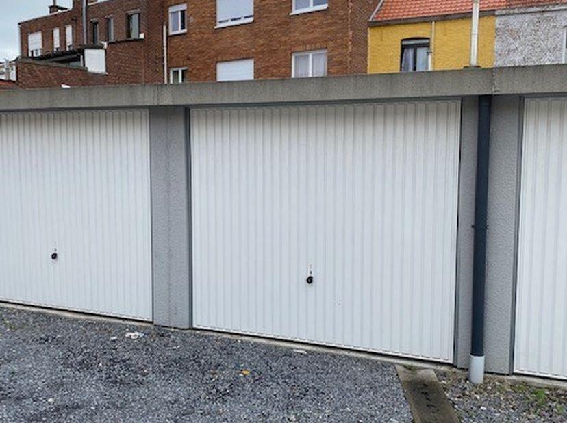 Ruime garage te huur in KORTRIJK, Brugsesteenweg (niet ver van Carrefour).<br /> Inrit naar terrein volledig afgesloten met automatische poort.<br />