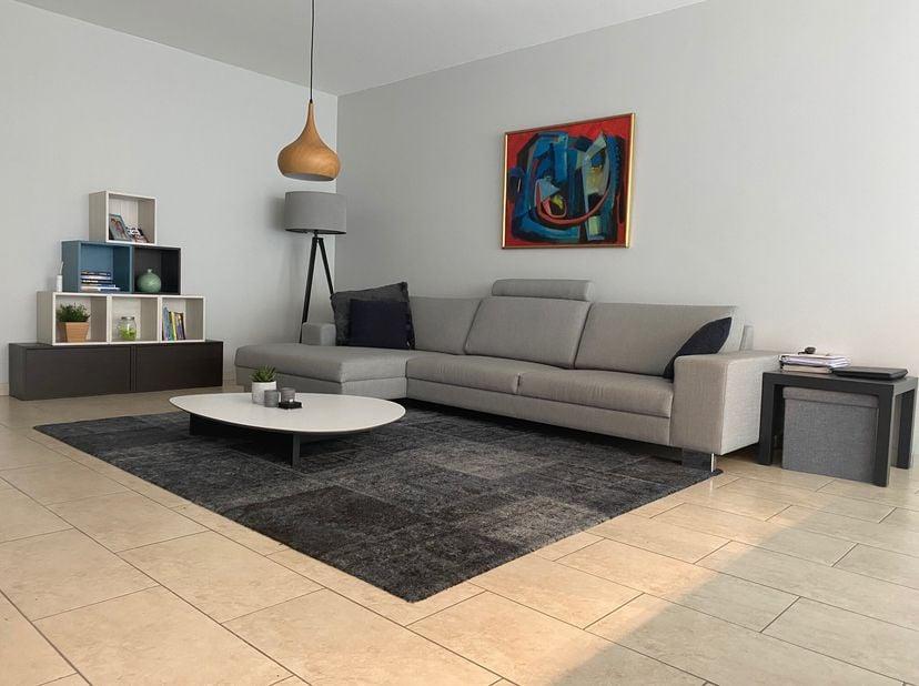 Modern en bemeubeld, gelijkvloers appartement met 2 slaapkamers op top ligging te Genk te huur. Instapklaar!<br /> <br /> Het appartement:<br /> Het a