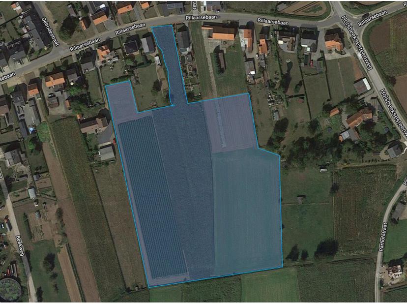 Perceel bouwgrond van 12a30 met aangrenzend 4 percelen landbouwgrond van in totaal 2ha44. Op de bouwgrond mag een huis gezet worden 12m breed en 15 m