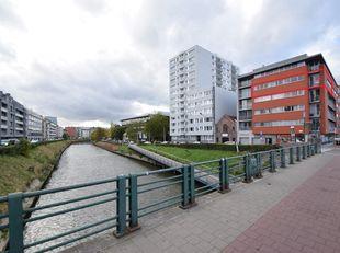 BIDDIT<br /> APPARTEMENT MET PRACHTIG ZICHT<br /> De hoek van de Henleykaai en de Godshuizenlaan is wonen op een toplocatie met het historische centru