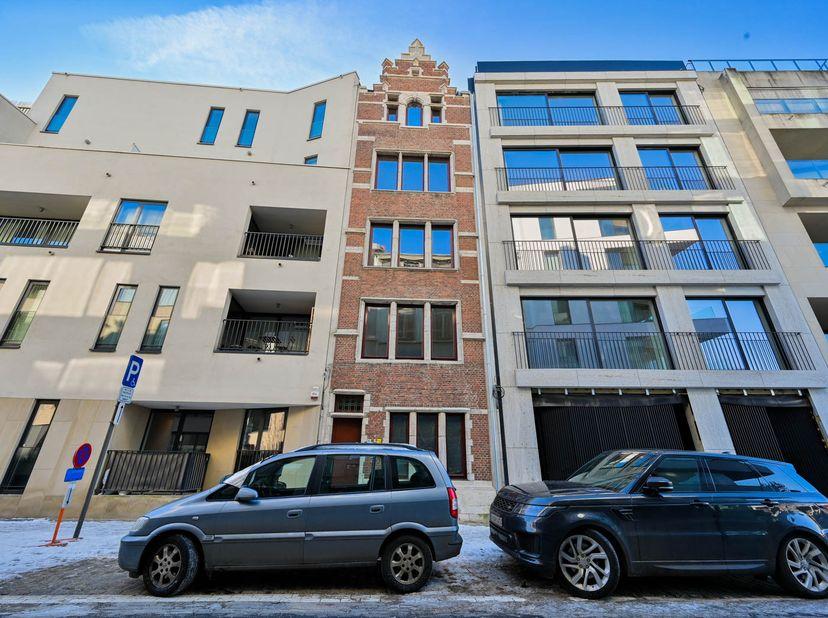 Appartement in renovatieproject op een zeer gunstige locatie in Antwerpen aan de kaaien.  <br />   <br /> In dit gebouw zijn 3 units te koop. De app
