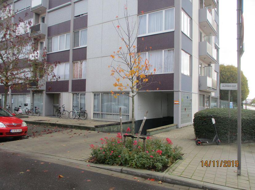 Place de parking à louer près de Gitschotellei, parc et aéroport Deurne, situé dans le bâtiment au min 1, coin Vosstraat / Alfred Oststraat. Entrez da