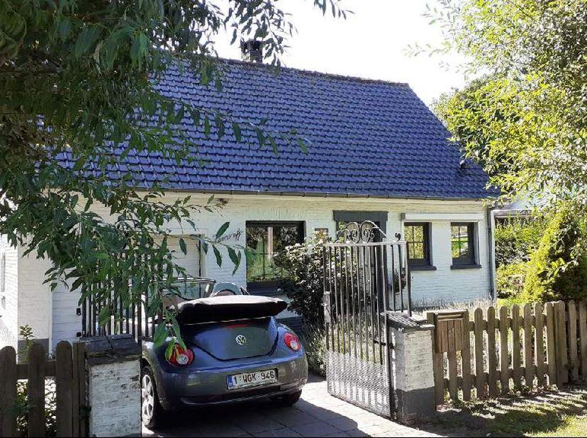 Alleenstaande villa, rustige buurt,  garage,huis tussen het groen, loop afstand van bos en strand.... ruime woonkamer met 2 slaapkamers, 1 badkamer, 1