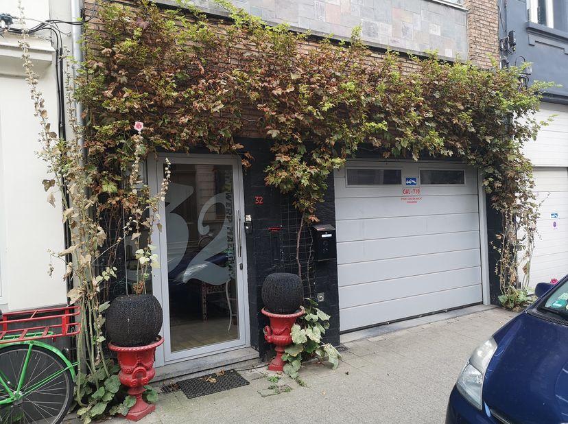 Zeer ruim pand met vele mogelijkheden , gelegen in hartje Zurenborg. 300m² woonoppervlak<br /> Gelijkvloers is een garage die gemakkelijk te verbouwen