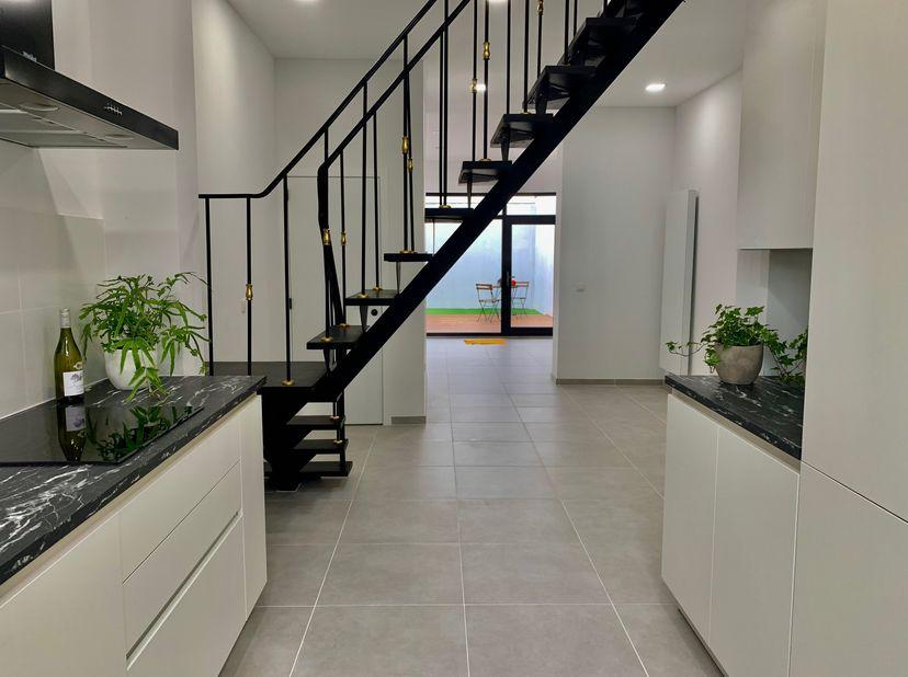 Deze instapklare gerenoveerde woning met 3 slaapkamers ligt op een rustige locatie vlakbij het bruisende stadscentrum van Mechelen. De woning heeft ee
