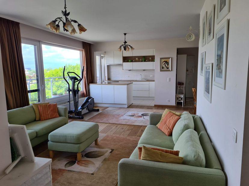 Spacieux, bel appartement très lumineux d'environ 125m2 dans un beau quartier de Berchem, proche des écoles, parcs et commerces. Le prix comprend un g
