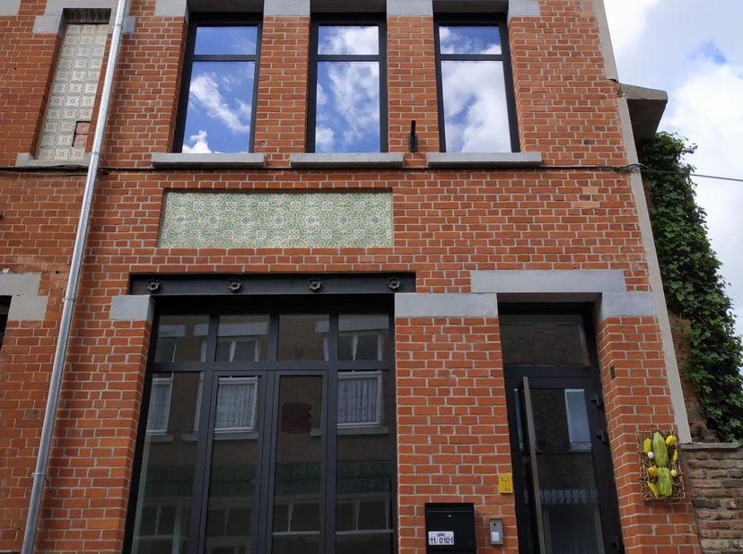 670 € + 0€ gemeenschappelijke kosten + autostaanplaats inbegrepen.  Energiezuinig (ver)nieuwbouw duplex-appartement gelegen in een historisch pand van