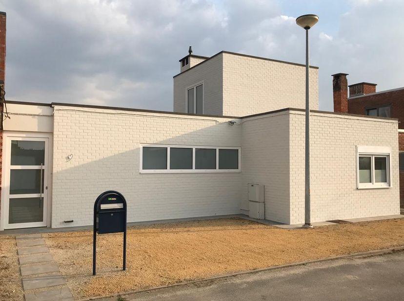 Deze gunstig gelegen woning in Herent is volledig gerenoveerd en instapklaar. Met een vlotte verbinding naar Mechelen - Leuven - Brussel - Hasselt en