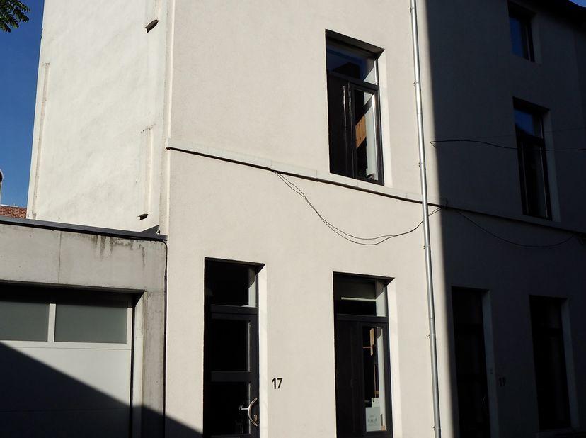 Richtprijs: 289.000,00 EUR<br /> <br /> Beluikhuis in doodlopende straat, vlakbij centrum Gent. Instapklaar, gerenoveerd in 2017.<br /> Oppervlakte wo