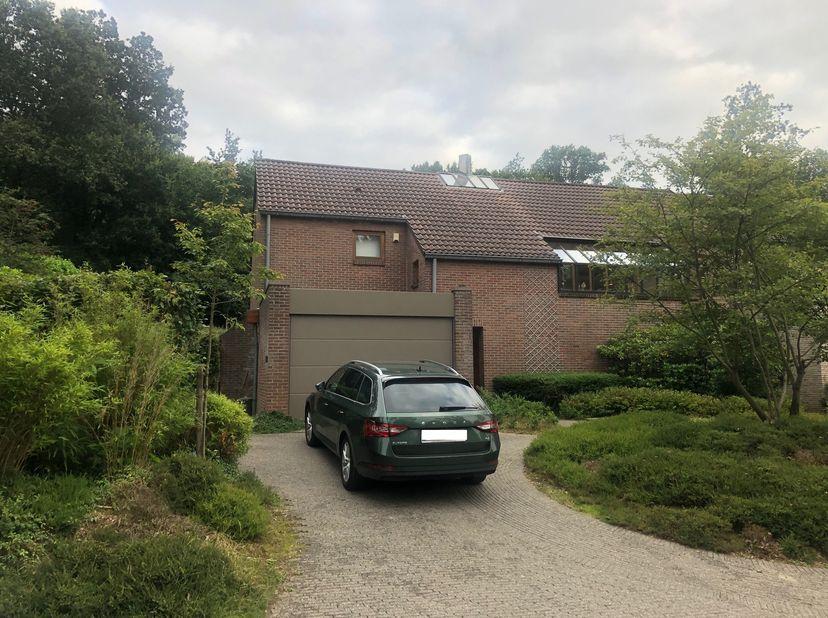 Uitzonderlijke woning op de mooie Middelberg<br /> <br /> De woning in authentieke stijl uit de jaren '80 is gelegen in het mooie en rustige Rotselaar