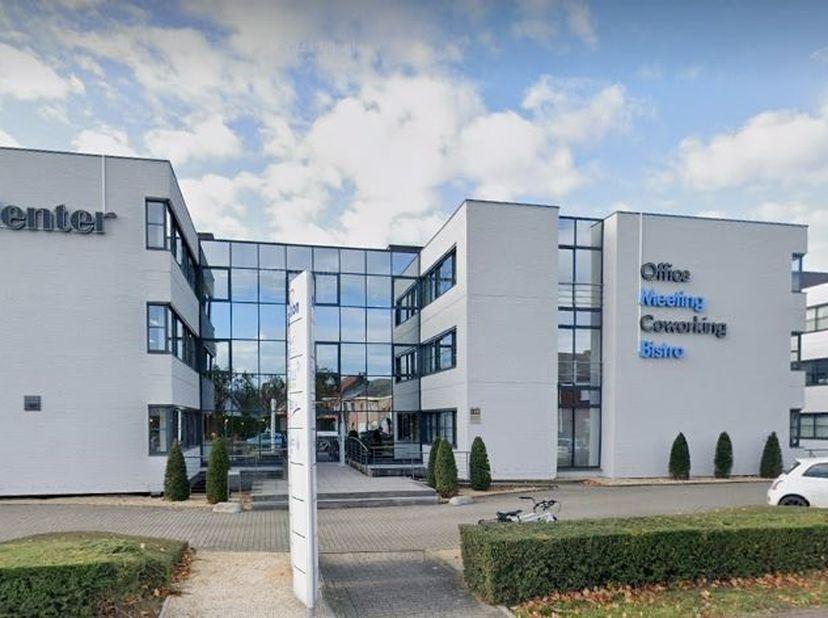 Deze centraal gelegen kantoorruimte bevindt zich te Erembodegem op de Ninovesteenweg, op een toplocatie, nabij industrieterreinen, naast OFFICE CENTER
