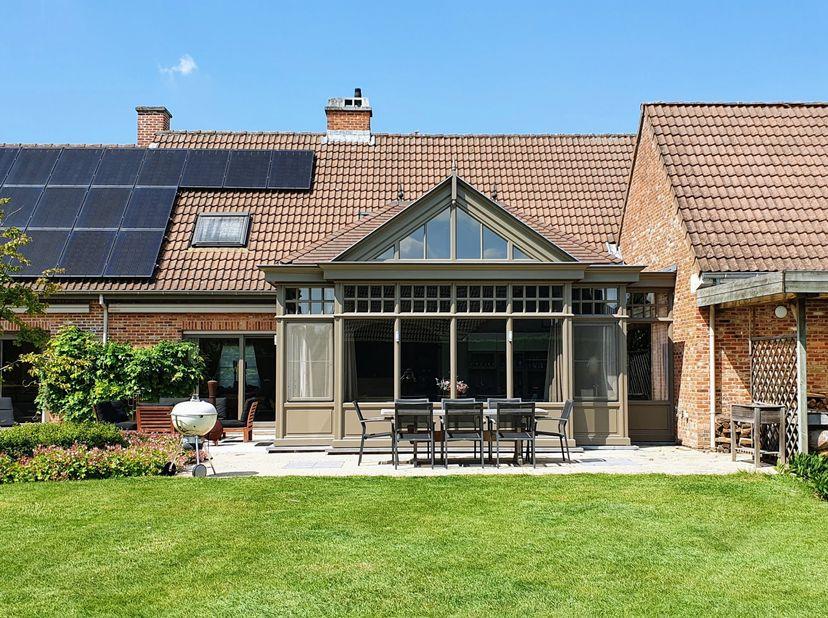 In de www.heulestraat48.be in Gullegem stellen we jou graag deze mooie eigendom voor. Sfeer en ruimte zijn de kernwoorden. Grote lichtrijke leefruimte