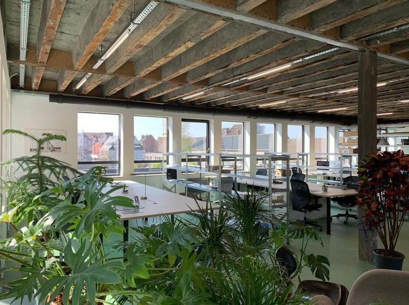 Dit authentieke kantoorgebouw gelegen in de Bomastraat in Gent wordt momenteel volledig vernieuwd.<br /> De uitmuntende locatie - tussen de Oude Dokke