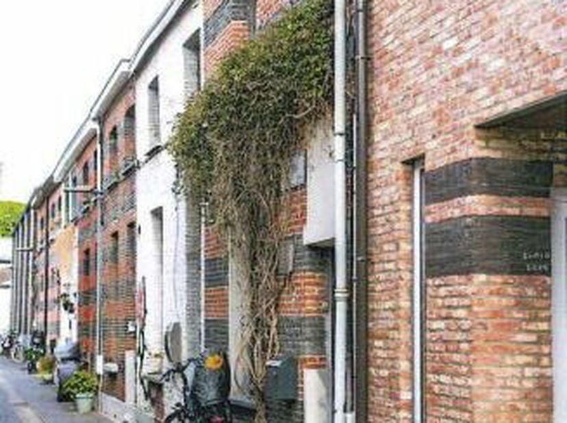 Gezellige instapklare woning in één van de charmantste steegjes van het oude Deurne-Dorp, een oase van rust vlakbij het Rivierenhof. <br /> -Gelijkv