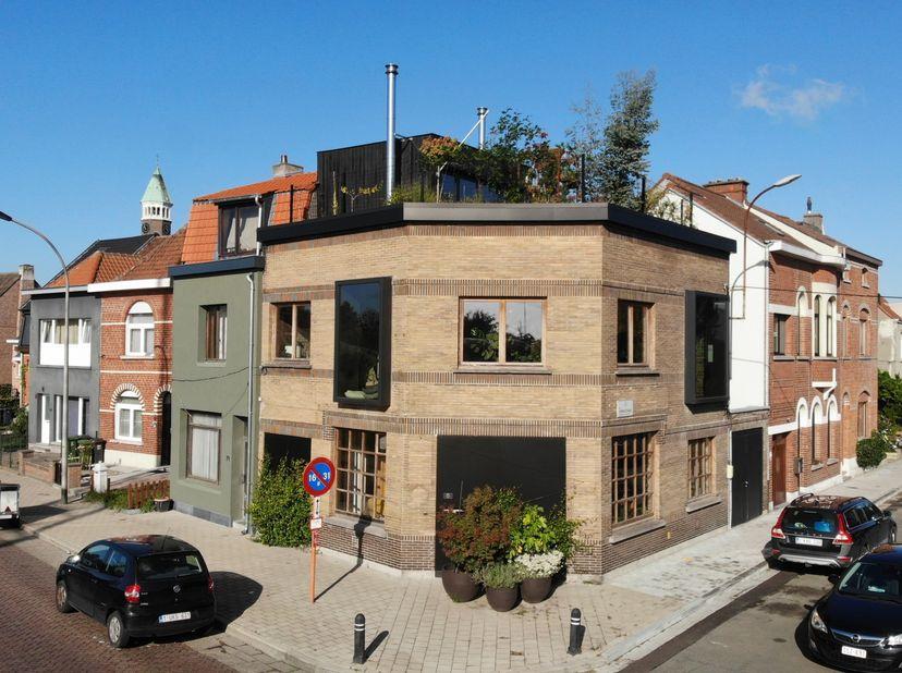 Van café naar loftwoning: deze hoekwoning in Gentbrugge vol licht en mét daktuin is te koop.<br /> <br /> De Buffalo was vroeger een café. Dat gezelli