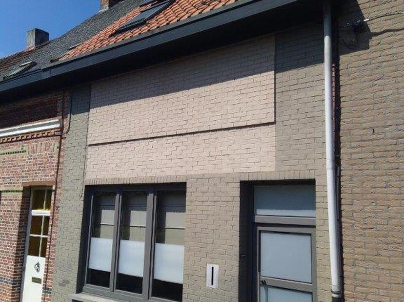 Deze woning met 3 ruime slaapkamers en diepe zonnige tuin in een woonerf is gelegen in het centrum van Turnhout. Dicht bij openbaar vervoer, autosnelw