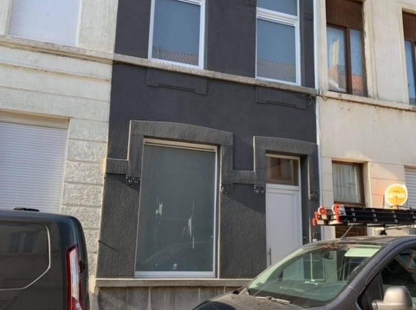 Gezellige pas gerenoveerde rijwoning te huur in Kortrijk nabij centrum:<br /> <br /> Deze woning is recent nog maar volledig gerenoveerd (2020). Bij d