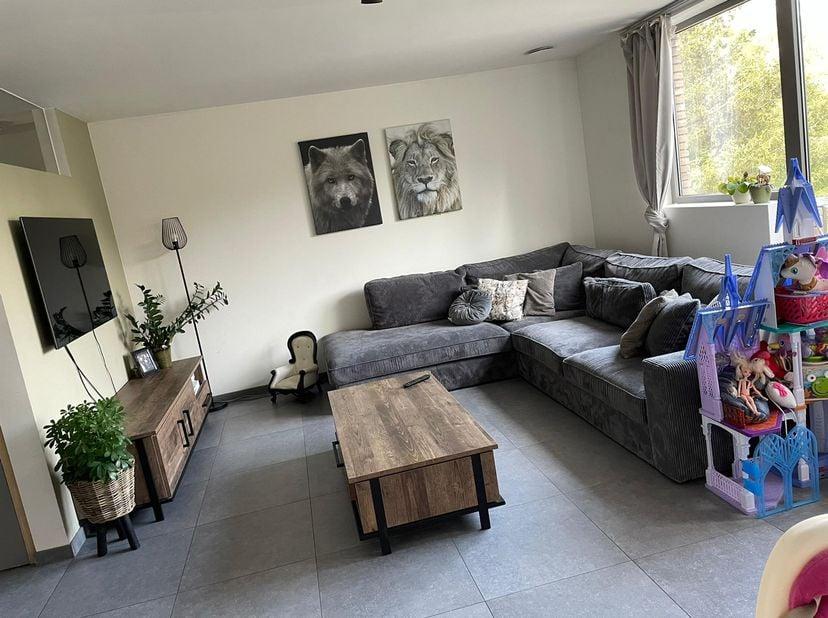 Mooi appartement op bovenste verdiep te huur in de Vennestraat.<br /> Ruime living met terras en aansluitende keuken. Twee slaapkamers. Badkamer met d