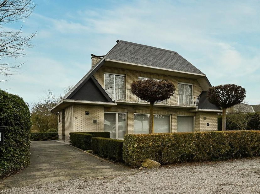 UITSTEKEND GELEGEN VILLA<br /> Zeer ruim met 6 slaapkamers, dubbele garage en tuin.<br /> Deze woning bevat: een ruime kelder. Op het gelijkvloers: in