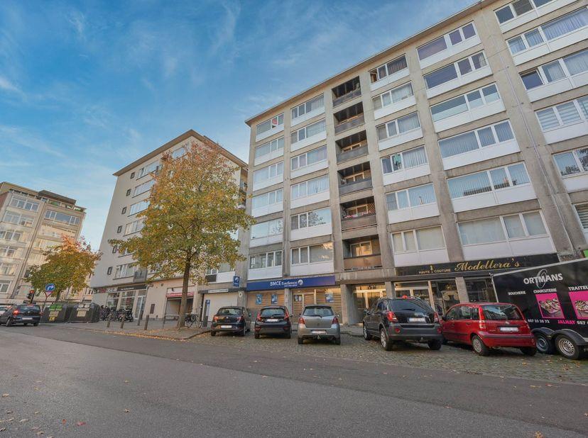 Dit te renoveren appartement is centraal gelegen en heeft een autostaanplaats in de keldering.  <br /> Appartement op zesde verdieping bestaande uit:
