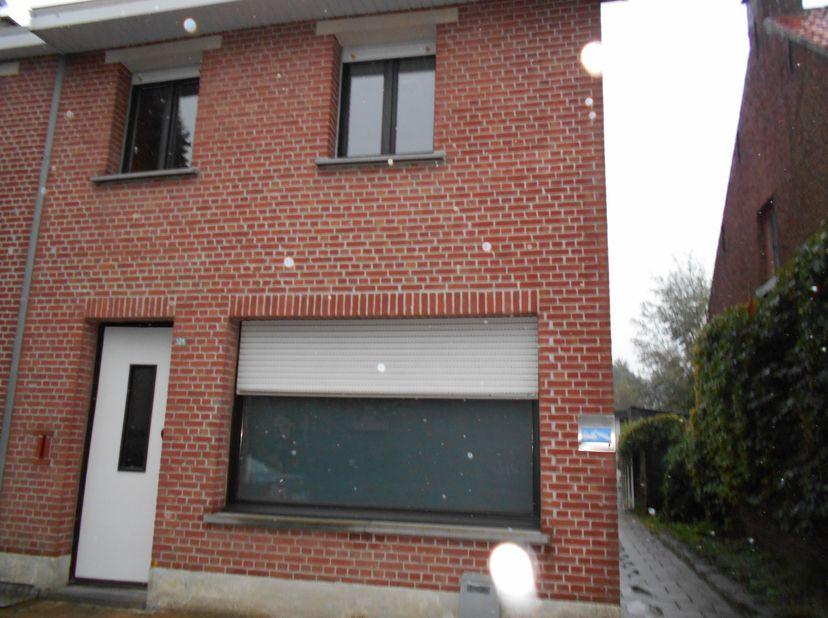 Beschrijving<br /> Huis te huur, Wildert-Essen<br /> HOB met inkomhal, living, ingerichte keuken met ijskast, oven, kookplaat en dampkap, dubbele spoe