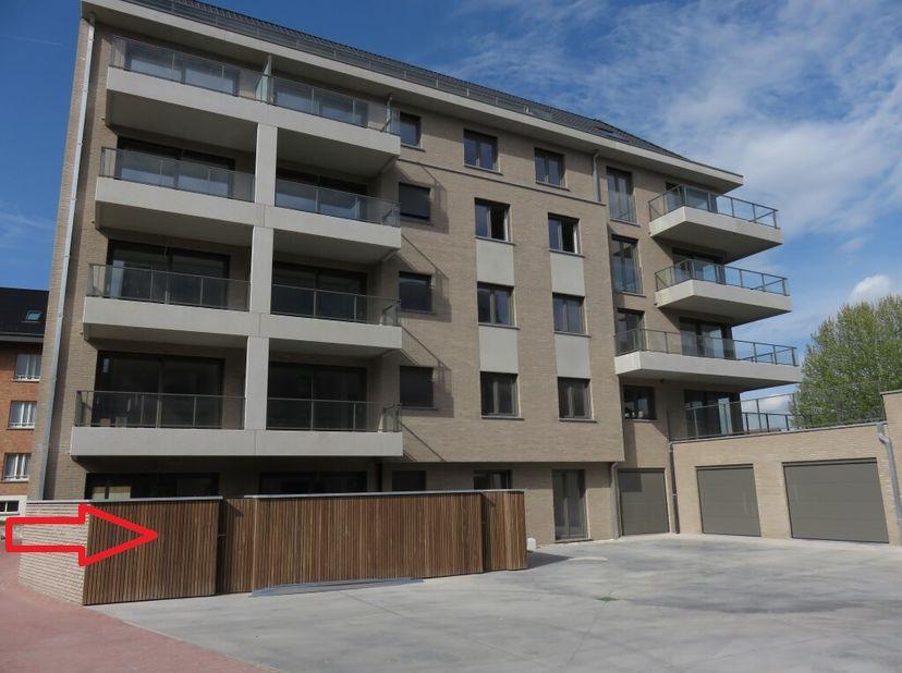 Te koop nieuwbouwappartement gelegen in residentie De Drukkerij II Gasthuisplein 6 Poperinge.<br /> Omvat: 3 slaapkamers, privé koertje, bovengrondse