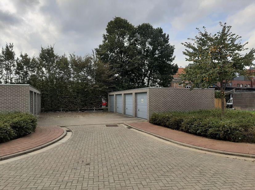 Parkeerhaven Garagebox (buitenkant, rechts vooraan)<br /> Locatie: 1730 Asse (Mergelweg)<br /> Bouwjaar: 2011<br /> Oppervlakte grond: 18m²<br /> Binn