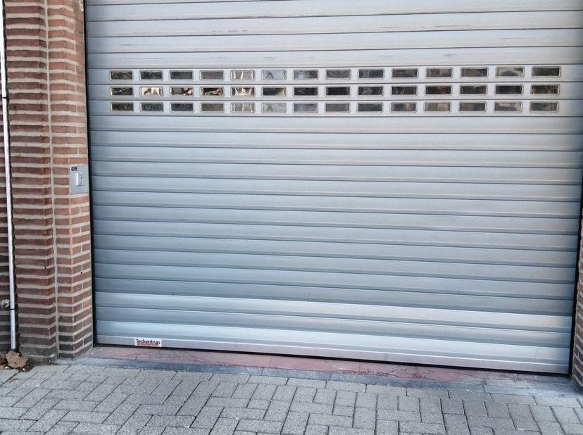 Overdekte staanplaats in, appartementsgebouw, gelijkvloers, dicht bij in en uitgang gelegen, goed verlicht, zeer veilig, dicht bij centrum van Mortsel