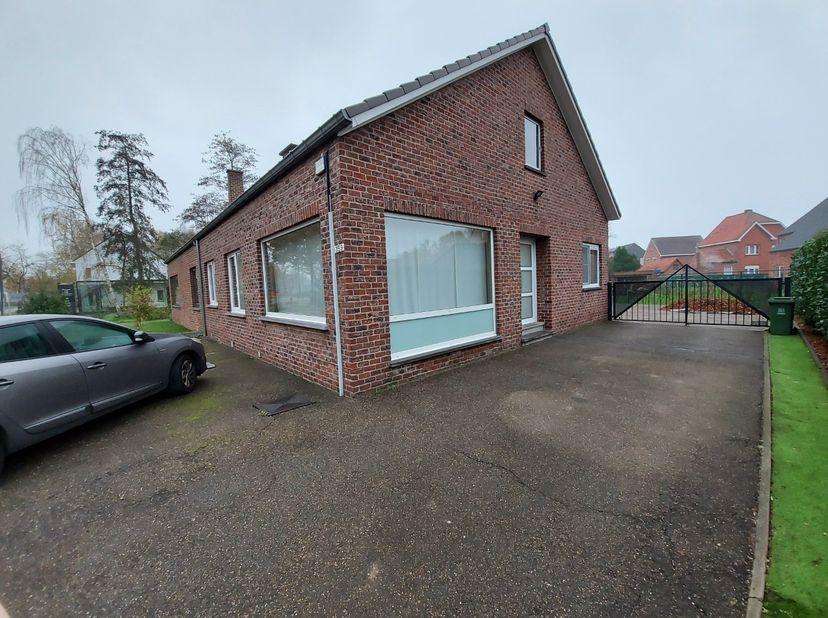Deze gelijkvloerse woning met zeer veel lichtinval heeft 2 slaapkamers, een garage, een verharde achtertuin en is gelegen in de stadsrand van Hasselt