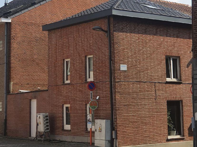 <br /> Depuis ce bâtiment mitoyen, vous pouvez vous rendre directement au centre de Tienen avec toutes les commodités. La gare et l'E40 (Bruxelles-Liè