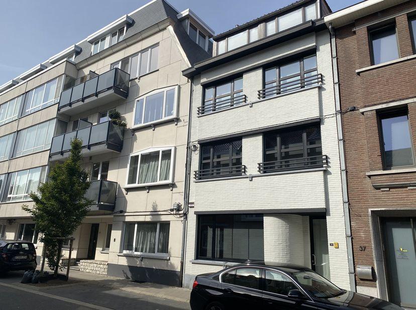 Mooie herenwoning gelegen in het hart van Hasselt op enkele honderden meters van het Dusartplein. Zeer rustig gelegen. De woning werd in 2016 voorzien