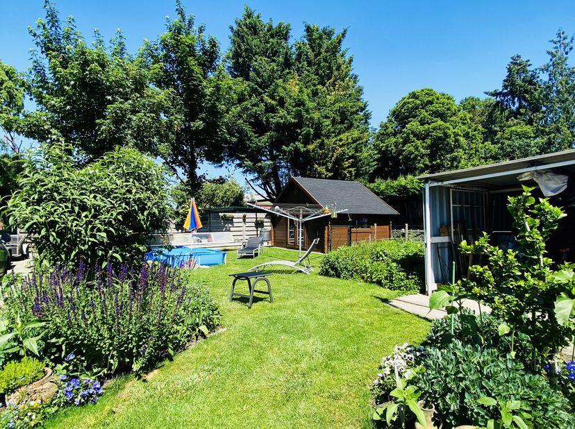 Ruim, licht en zeer goed onderhouden gelijkvloers appartement met privé tuin, garage, staanplaats en overdekt terras in een rustige straat in het cent