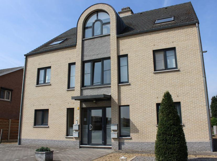 Te koop aangeboden, rustig gelegen duplex appartement, 132m², in een wooneenheid met slechts 4 appartementen.<br /> Kelderruimte en vrijstaande garage
