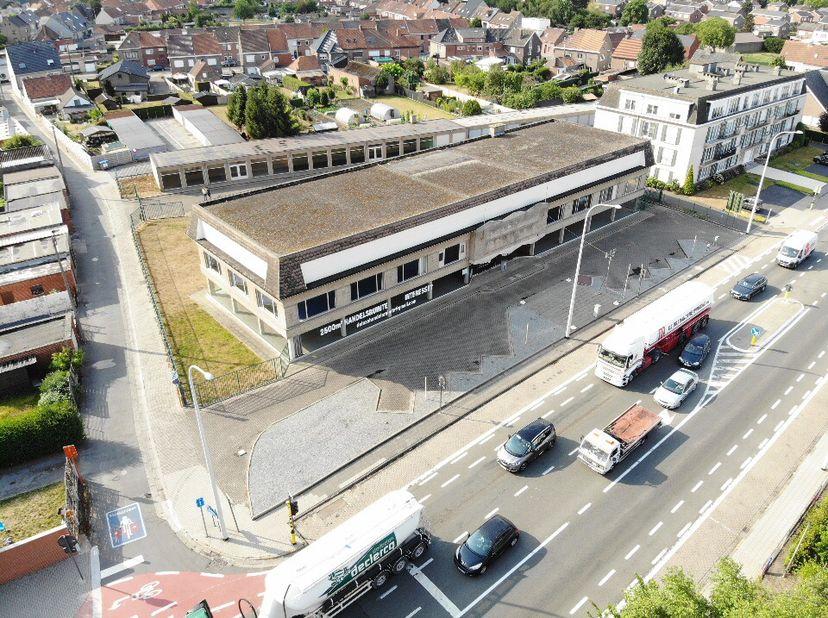 moduleerbare handelsruimte in Oost-Vlaanderen  Deinze, op amper 1 km van op- en afrit E17<br /> oppervlakte gelijkvloers momenteel 750 m² + 2 extra bo