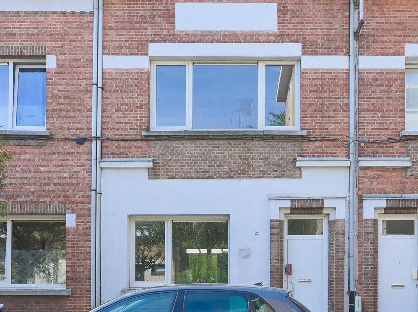EPC 595 kWh/m², KI 441 EUR, oppervlakte 193 m². Kelder; gelijkvloers: hal, living, keuken, badkamer, terras, tuin; verdieping: kamer, 2 slaapkamers; z