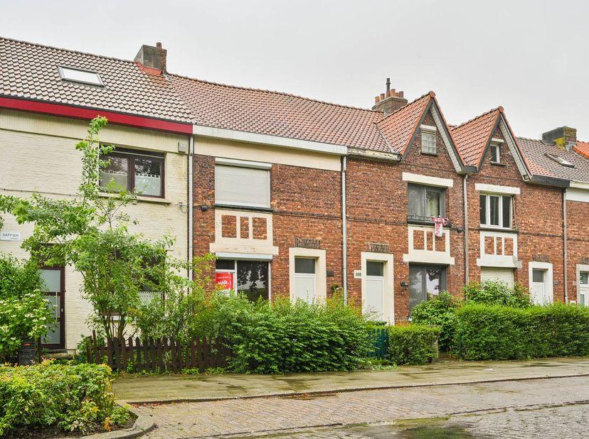 Te Antwerpen-Berchem, Saffierstraat 139, EPC 665 kWh/m², KI 396 EUR, oppervlakte 102,75 m², kelder; gelijkvloers: hal, living, keuken, badka