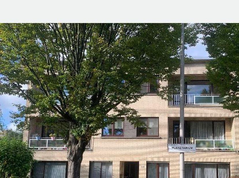 Ruim (95 m²) gerenoveerd 2 slaapkamer appartement op 2de verdieping zonder lift te huur in de Neerlandwijk in Wilrijk. Dit appartement is zeer centraa