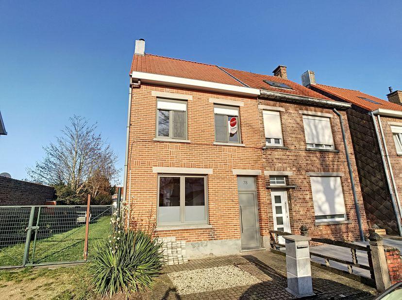 In de Velodroomstraat in Sint-Michiels, vlakbij de Expresweg, vinden we deze op te frissen woning op een perceel van 227m². Deze woning geniet va