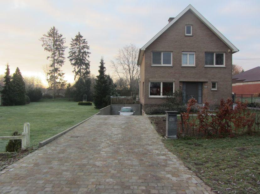 Villa avec une route idéale entre HASSELT-LOUVAIN<br /> <br /> La propriété est divisée en: une allée avec parking pour 4 voitures.Il y a 3 caves avec
